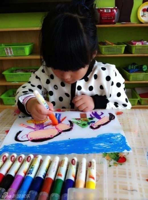 王诗龄上幼儿园学画画