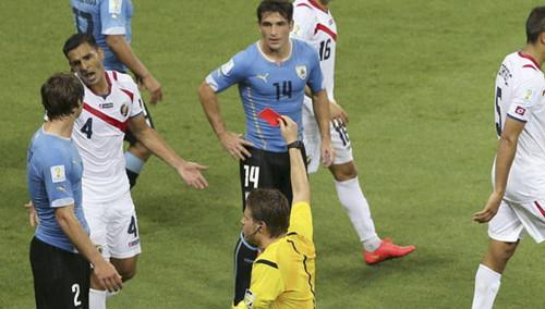 本届世界杯首张红牌诞生 乌拉圭输球又输人