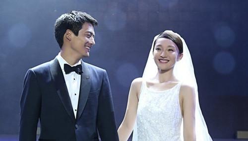 周迅公布婚讯 身穿婚纱与丈夫甜蜜拥吻