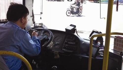 司机开车玩手机 撞死老人