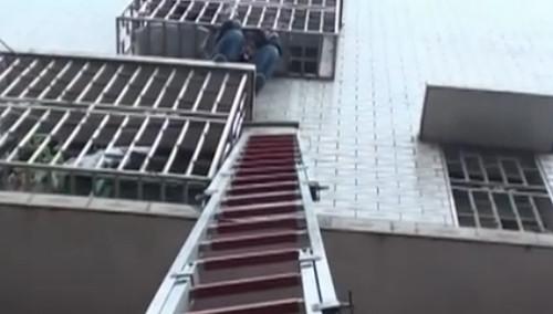 男子被困防盗网 消防紧急救援