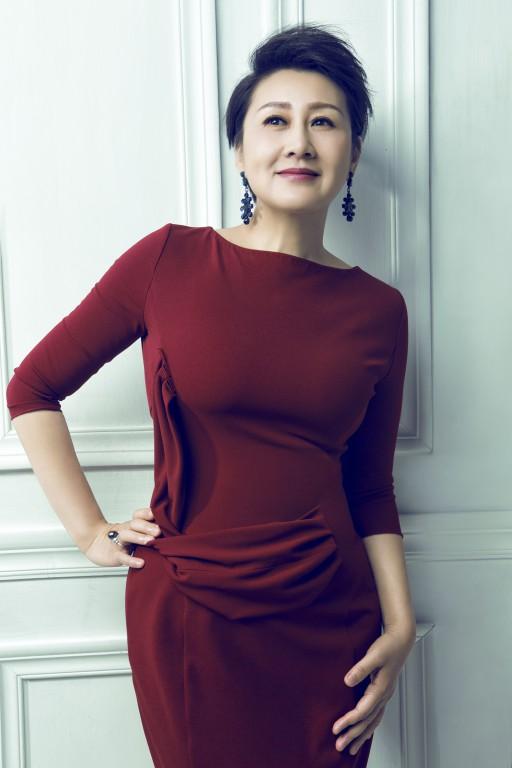 多才多艺的凯丽不仅仅是一位优秀的演员,更是一位好歌手,也是一位主持