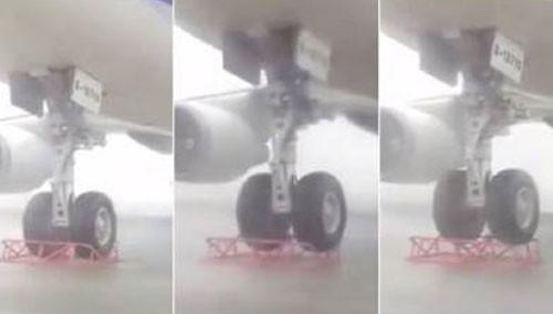 """台风""""苏迪罗""""来袭 波音747被原地吹起"""