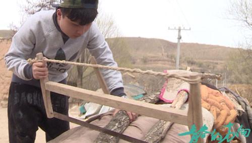 《变形计》精彩花絮:富二代杨奥花式锯木头惨被虐成翔