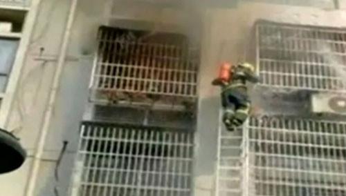 消防员打不开防盗网 母子被困火海身亡