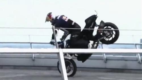 摩托车手宝马总部楼顶惊险表演