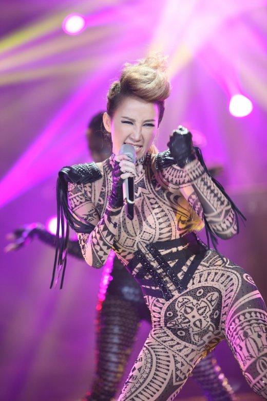 我是歌手之歌王争霸_本周最精彩淘汰赛李玟叫板LadyGaga 另类超猛战袍惹火上阵_湖南卫视